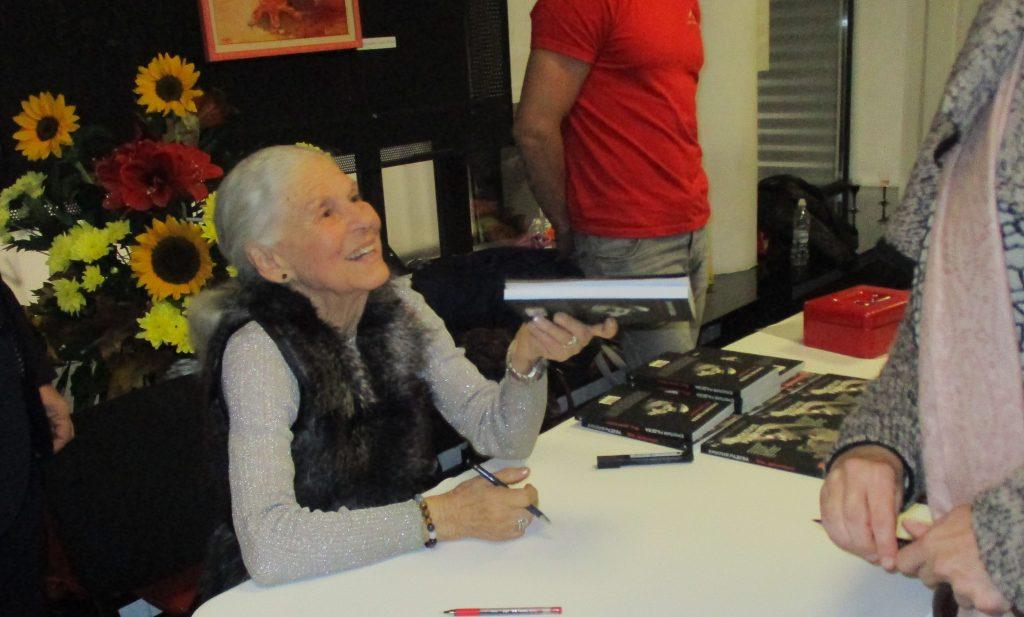 """Емилия Радева раздаде автографи и усмивки на читатели и почитатели във фоайето на кино """"Одеон"""". Снимка: Къдринка Къдринова"""
