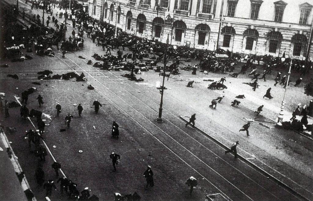 """Войските на Временното правителство откриват огън и разпръскват демонстрация по време на """"Юлските дни"""" на 1917 г. Снимка: Wikipedia"""
