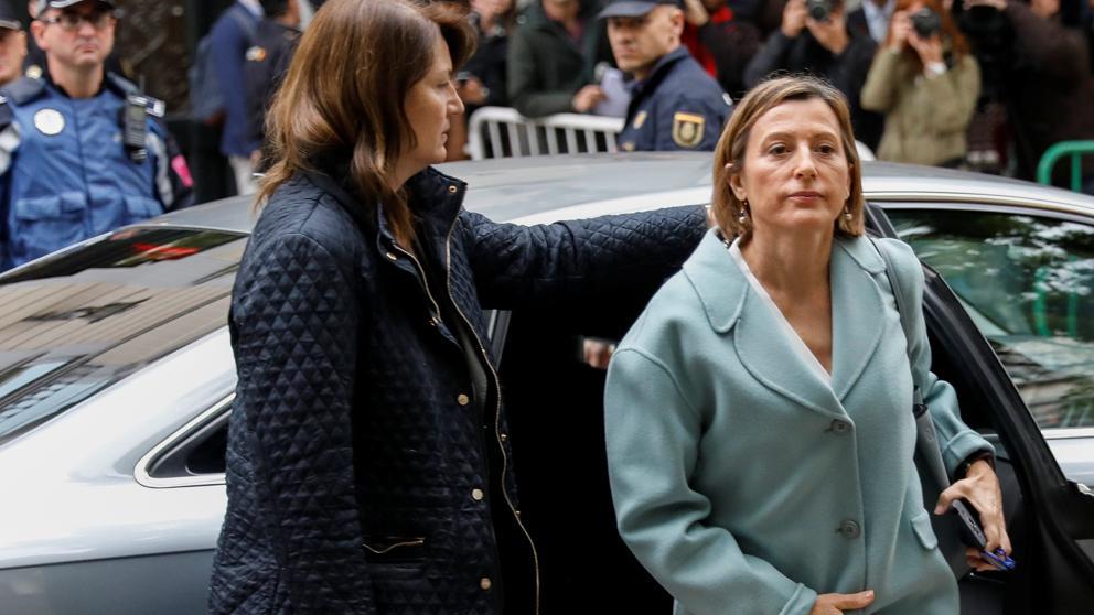 Така днес пристигна за показания пред Върховния съд в Мадрид председателката на каталунския парламент Карме Форкадел. По-късно показанията бяха отложени за 9 декември. Снима: La Vanguardia