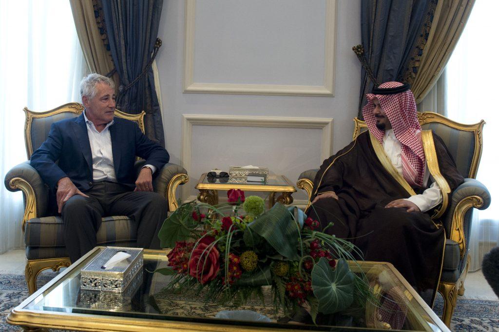 Саудитскяит зам.-министър на отбраната Салман бин Султан на среща с щатския министър на отбраната Чък Хегел през 2014 г. Източник: Wikimedia commons