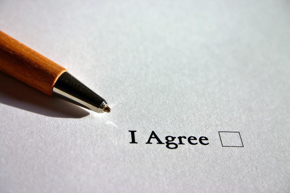 Уверете се, че сте запознати с всички клаузи преди да подпишете договор. Ако те са били скрити от вас, обърнете се към КЗП. Снимка: Pixabay