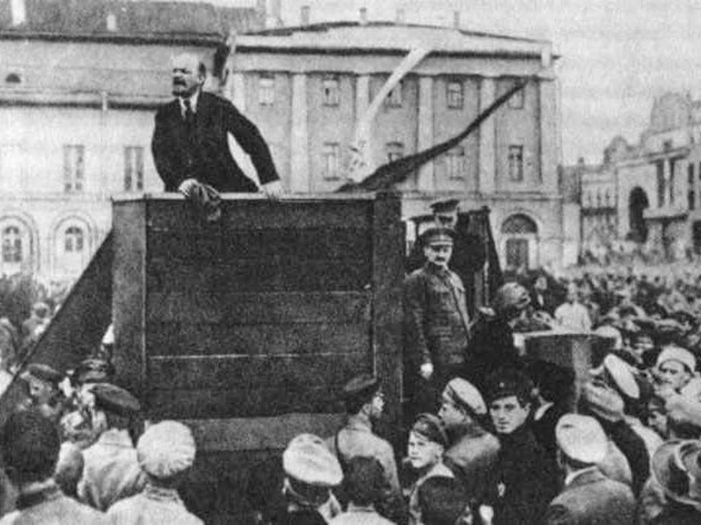 Тази снимка на Ленин от 1920 г. е известна с това, че по-късно Сталин нарежда Троцки, стоящ до трибуната, да бъде заличен от публично разпространяваните копия.