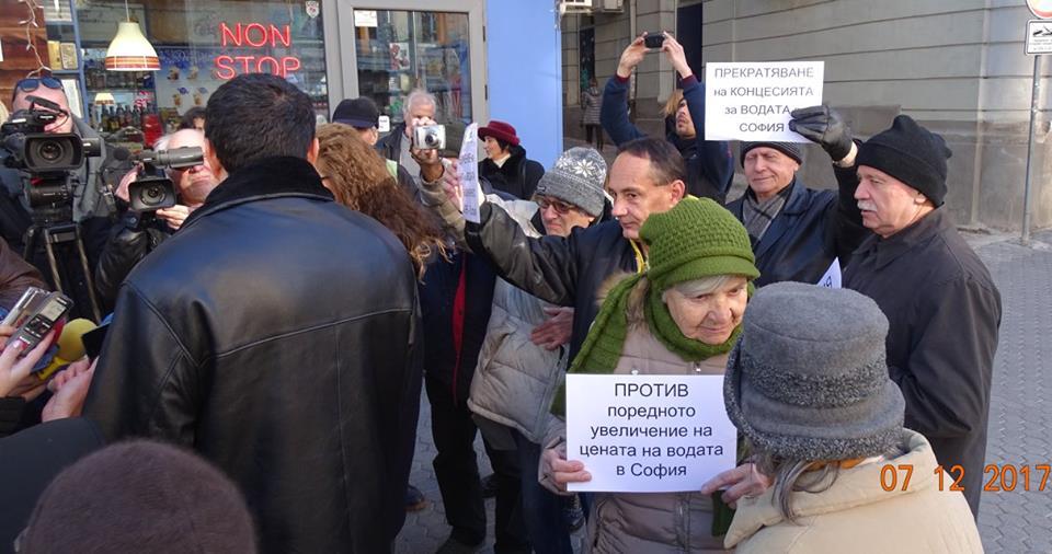 Протестиращи пенсионери пред сградата на КЕВР. Снимка: Николай Белалов