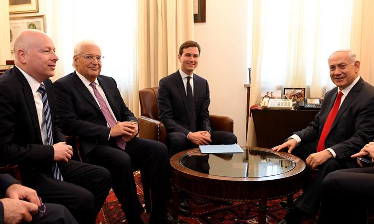 Зетят и старши съветник на Доналд Тръмп Джаред Кушнер (в средата) на среща с израелския премиер Бенямин Нетаняху ( в дясно) през юни т.г. Източник: il.usembassy.gov