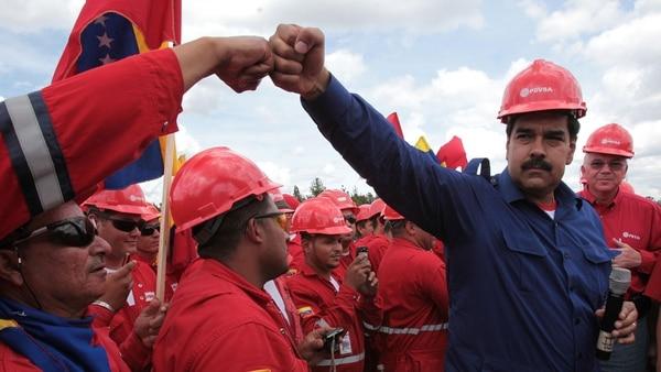 Венесуелският президент Николас Мадуро сред работници от държавната петролна компания PDVSA. Снимка: infobae