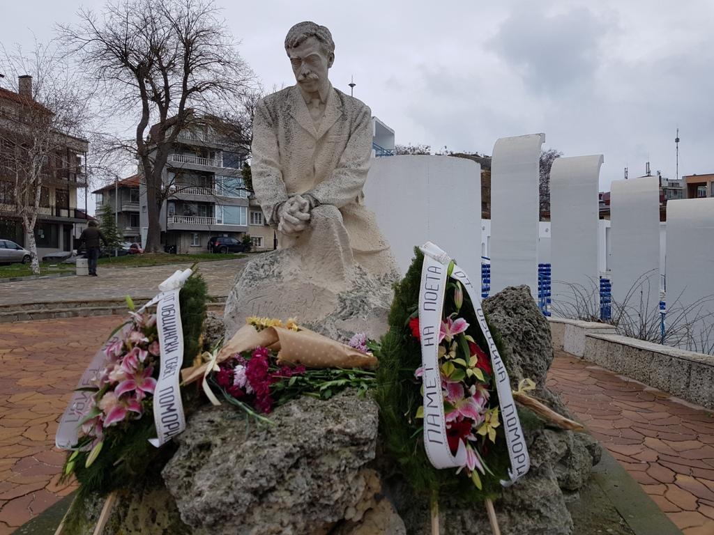Паметникът на Яворов в Поморие. Снимка: Сайт на Община Поморие