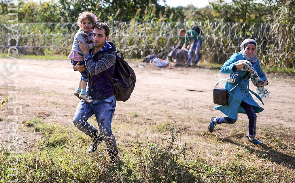 Бежанци пресичат унгарската граница край Рьозке. Снимка: Freedom House