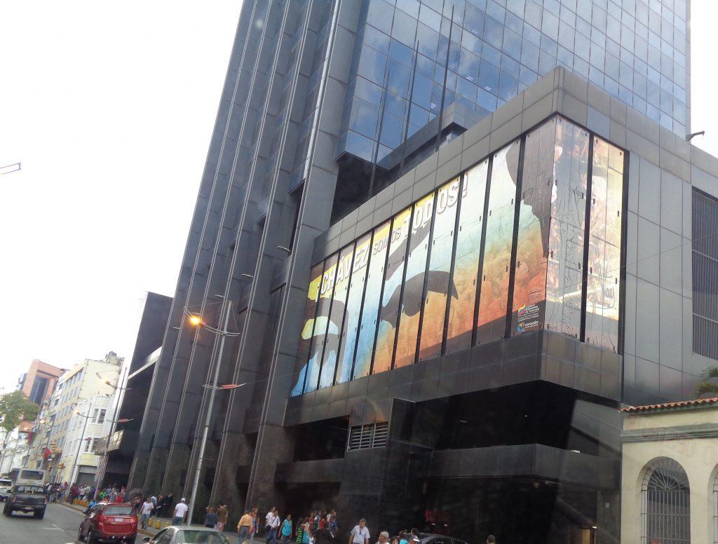 Чавес гледа и от тази фасада в центъра на Каракас. Снимка: Къдринка Къдринова