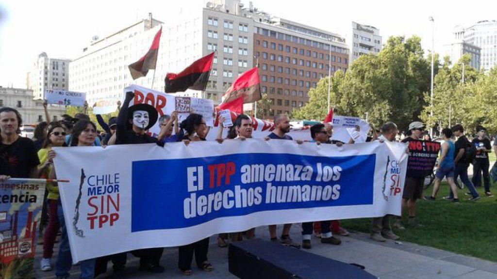 """Платформата """"По-добро Чили без ТРР"""" от години води кампания против подписването на Транстихоокеанското споразумение. """"ТРР заплашва човешките права,"""" предупреждава този плакат от протест пред президентския ворец в Сонтяго. Снимка: Chile mejor sin TPP"""