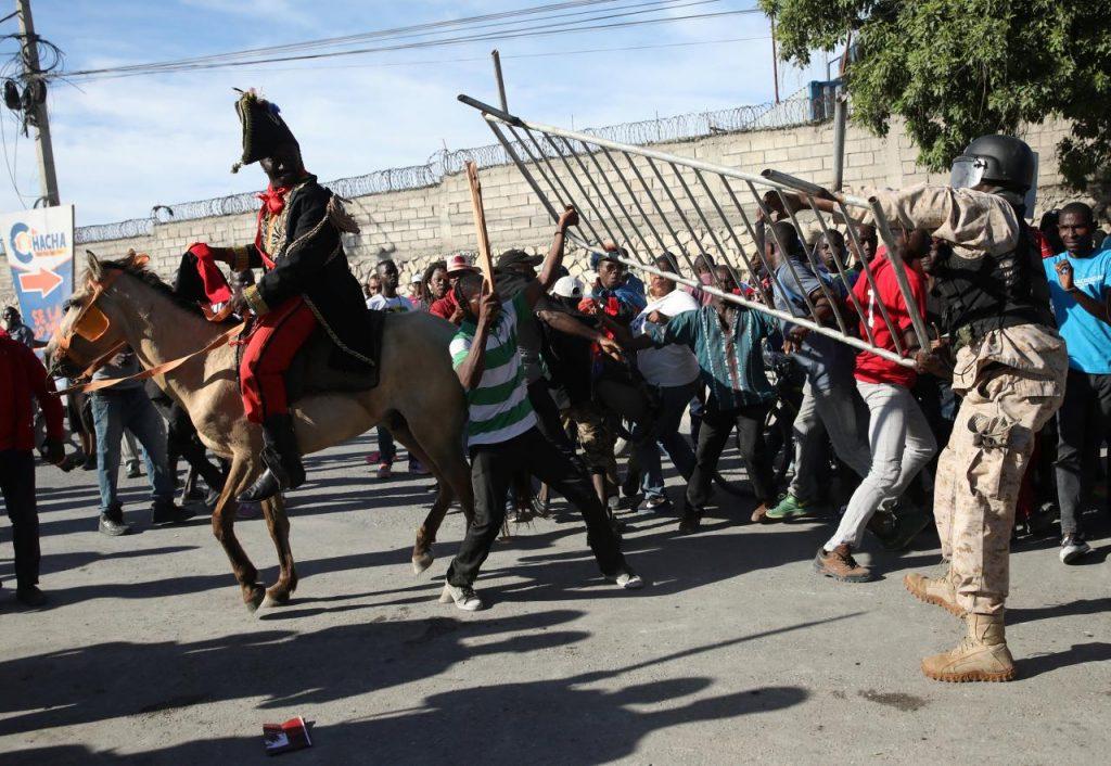 Сблъсъци между протестиращи срещу обидите на Тръмп и полицията в центъра на Порт-о-Пренс. Снимка: Resumen Latinoamericano