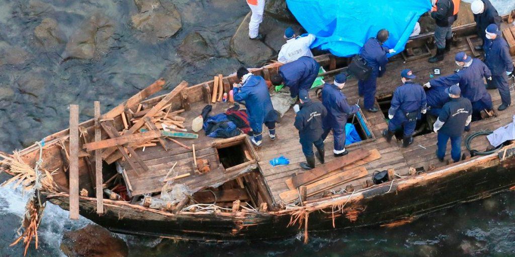Все повече разбити севернокорейски рибарски лодки достигат бреговете на Япония. Това е един от страничните ефекти от санкциите и нагледен пример за токсичното им въздействие. Снимка: Reuters