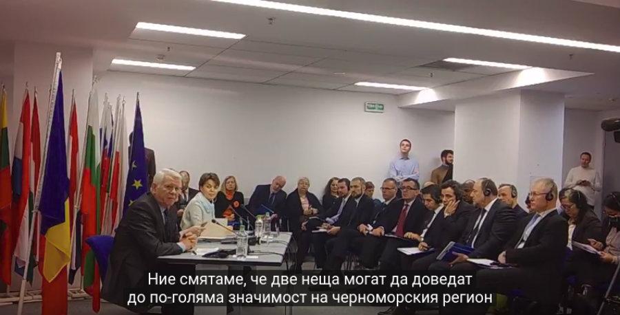 Румънският външен министър Тедоор  Мелешкану (на микрофона на преден план) обяснява какво е важно за Румъния в черноморския регион часове преди правителството му да подаде оставка (снимка: Барикада)