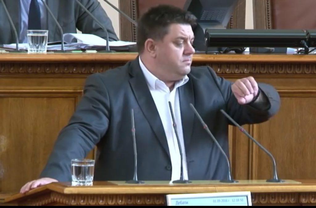 """Атанас Зафиров предпочита да си сверява часовника с издания като """"Пик"""". Източник: БНТ/YouTube"""