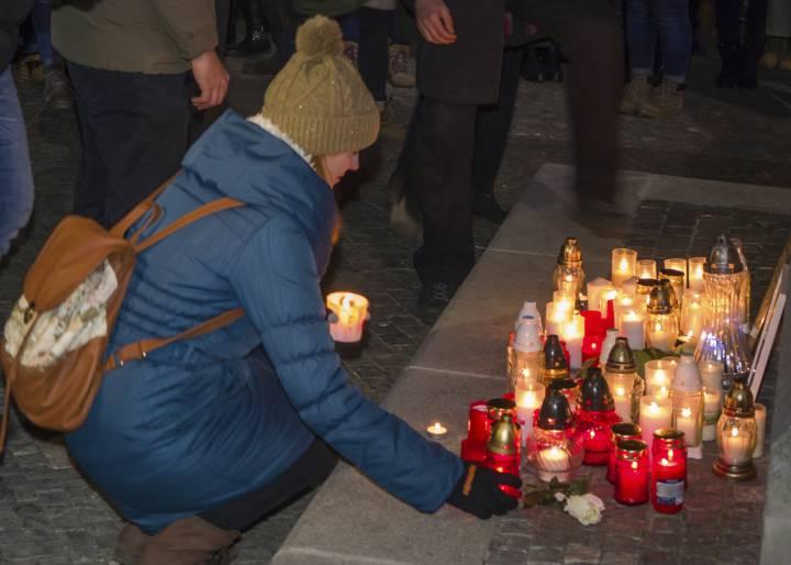 В Словакия продължават да скърбят за Ян Кучяк, застрелян заедно с приятелката си Мартина Кушнирова. Снимка: aktualne.sk