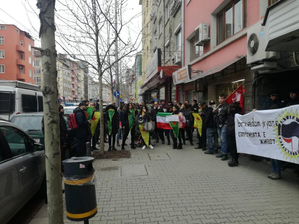 """По време на протеста сградата на посолството на Турция бе """"пазена"""" от огромно количество полиция и полицейска техника, а демонстрантите бяха избутани на отсрещния на посолството тротоар"""