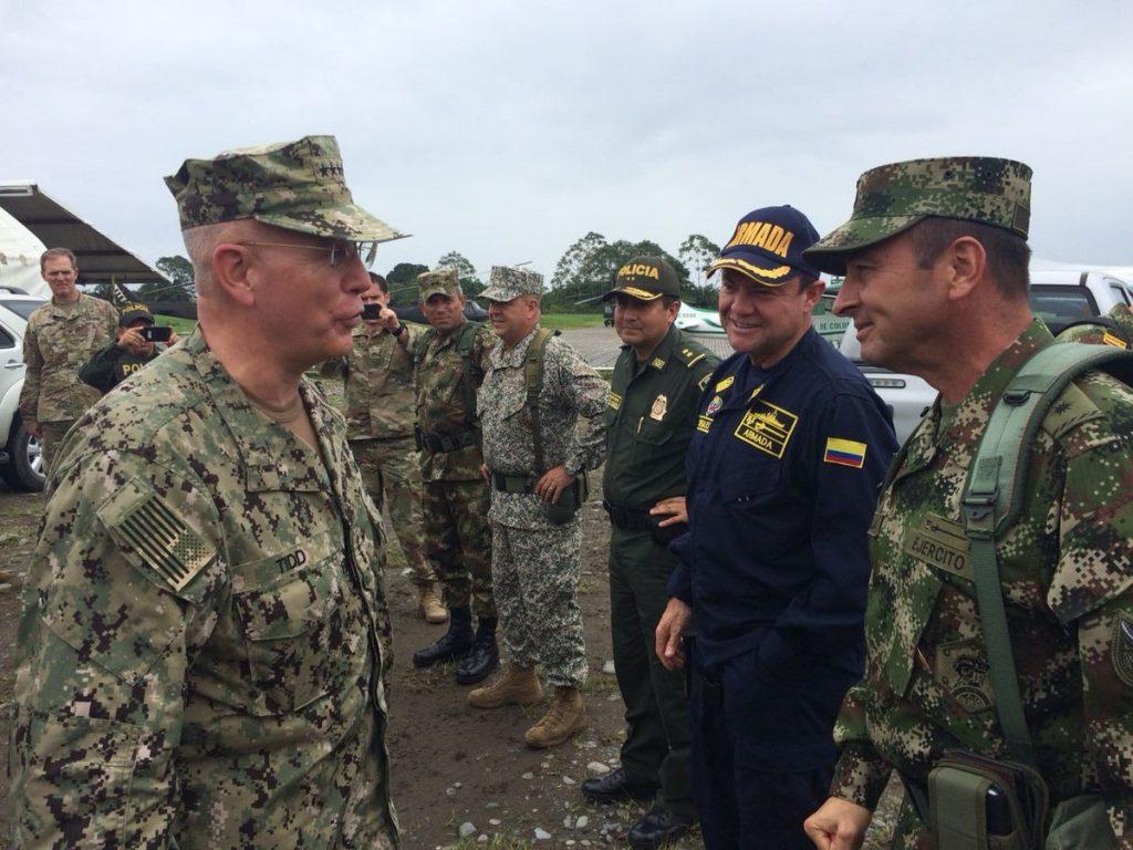 """Шефът на Южното командване наармията на САЩ Курт Тайд (вляво) в приятелски разговор """"на терен"""" с представители на различните родове войски в Колумбия. Снимка: Туитър"""