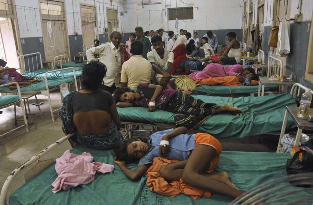 На теория държавните болници в Индия са безплатни за всички. На практика дългото чакане и ниското качество оставя стотици милиони индийци без достъп до здравни услуги. Снимка: AP