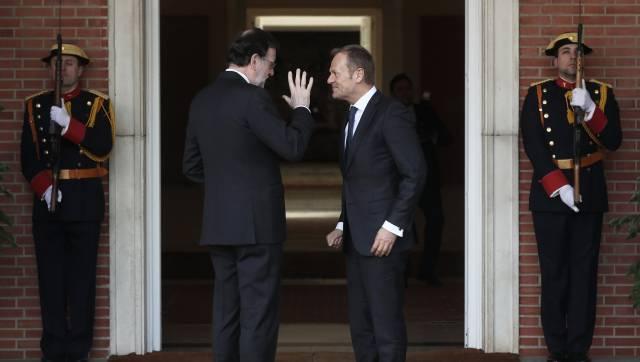 """Мариано Рахой и председателят на Европейския съвет Доналд Туск на входа в правителствения дворец """"Ла Монклоа"""" в Мадрид. Рахой винаги е отзивчив към Брюксел по общоевропейски теми, но за Косово е категоричен, че няма да отстъпи. Снимка: El Pais"""