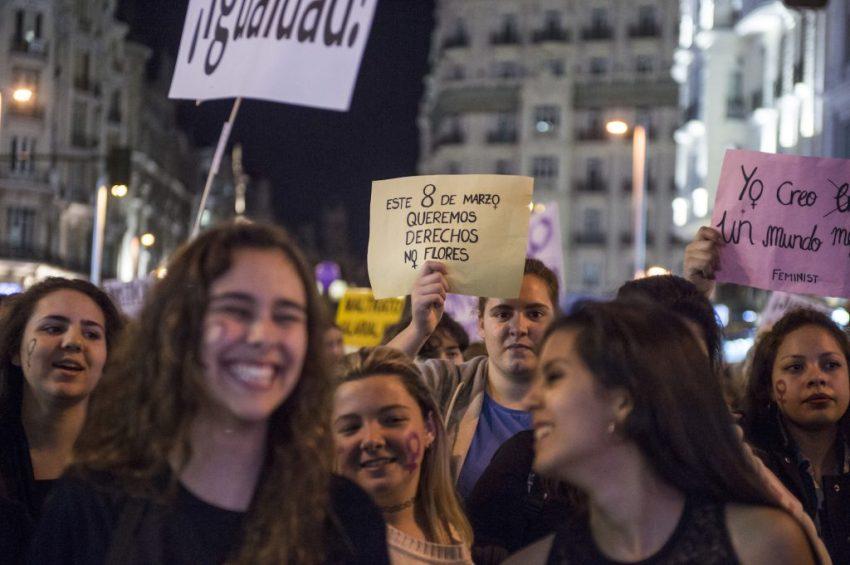 """""""Този 8 март искаме права, не цветя,"""" пише на лозунга в средата. Снимка: hacialahuelgafeminista"""