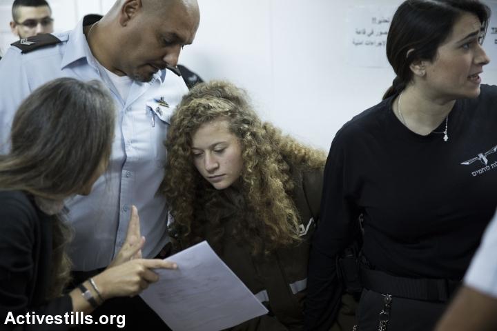 Израелският адвокат Габи Ласки (в ляво) разговаря с клиентката си Ахед Тамими. Снимка: Activestills.org