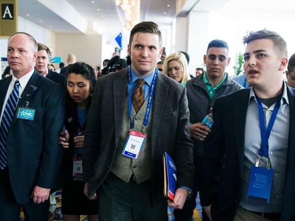 На Ричард Спенсър (в средата) вече не му е забавно.