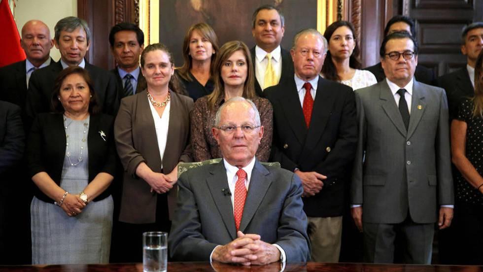 Обявявайки оставката си по телевизията, Кучински строи зад гърба си като фон своите министри. Снимка: El Pais