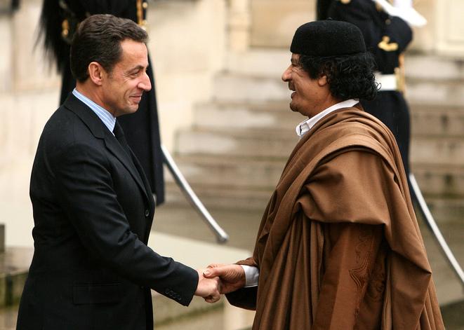 След като стана президент, в края на 2007 г. Саркози посрещна радушно Муамар Кадафи в Елисейския дворец в Париж. Снимка: Mediapart