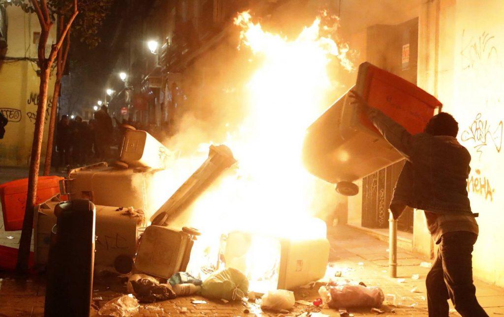 Бурни сблъсъци с полицията се разгоряха в мадридския квартал Лавапиес заради смърт на сенегалски имигрант. Снимка: EFE