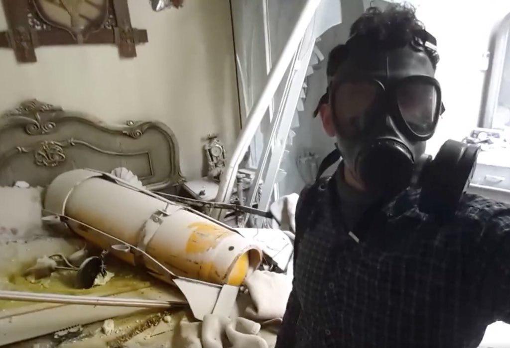 Вероятно в интервюто си Лавров има предвид този разпространен из социалните мрежи кадър, на който се твърди, че е снимана химическа бомба, паднала в жилище в Дума. Източник: pikabu