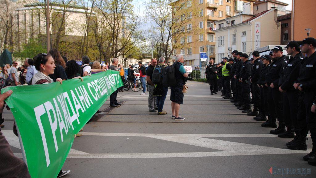 Плътен кордон между протестиращите и министрите. Снимка: Барикада