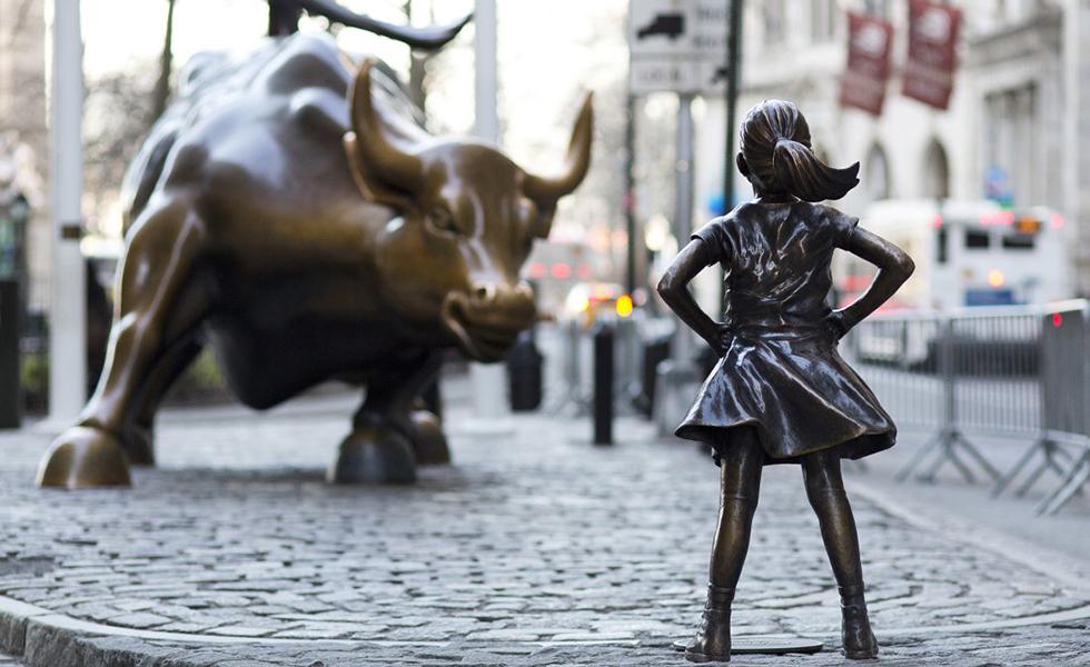 """""""Безстрашното момиченце"""" срещу """"Атакуващият бик"""". Снимка: Revista Cactus"""