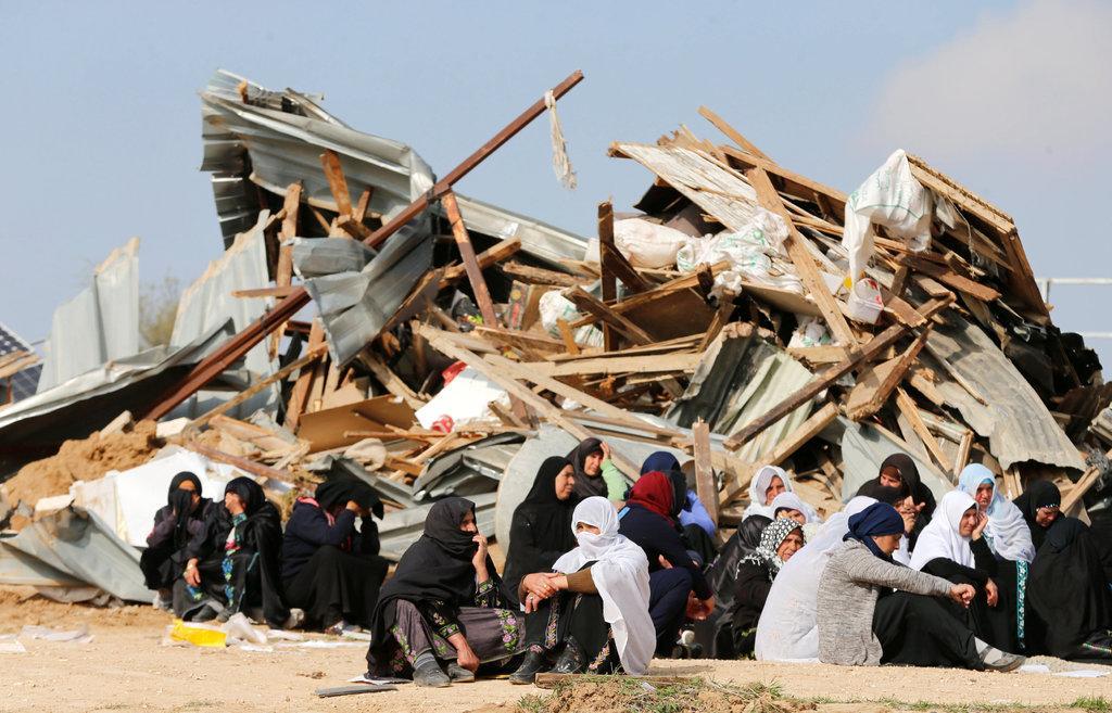 Жени от село Ум ал-Хиран стоят до руините на домовете си, разрушени от израелски булдозери през януари 2017 г. Жителите на селището, които са граждани на Израел, в продължение на години водеха неуспешна битка с правителството домът им да бъде признат. Снимка: Ройтерс