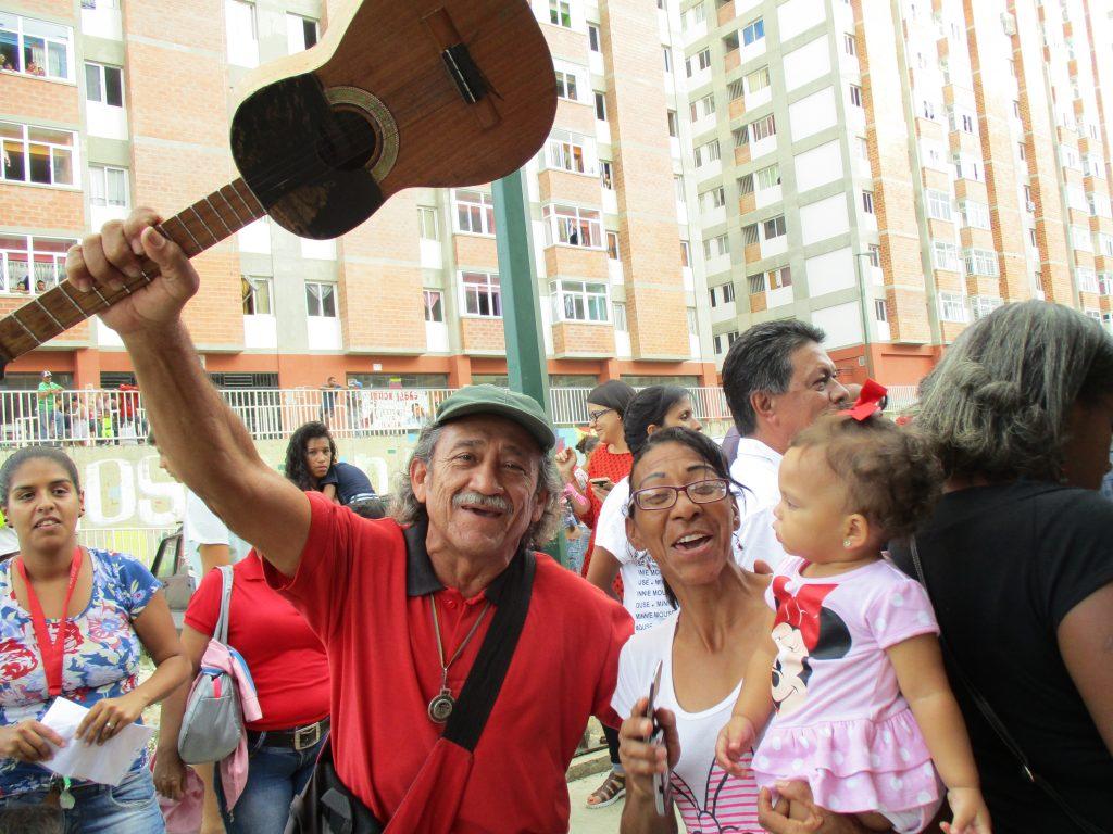Новодомци в Каракас празнуват получаването на нови жилища от правителството. Снимка: Къдринка Къдринова