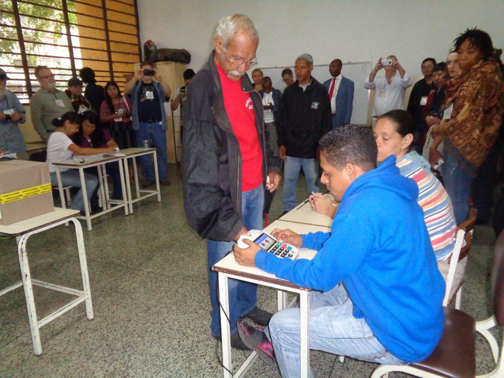 Избирател дава пръстов отпечатък на машина, за да се потвърдисамоличността му спрямо данните от предоставената лична карта - това е началото на изборния процес. Снимка: Къдринка Къдринова