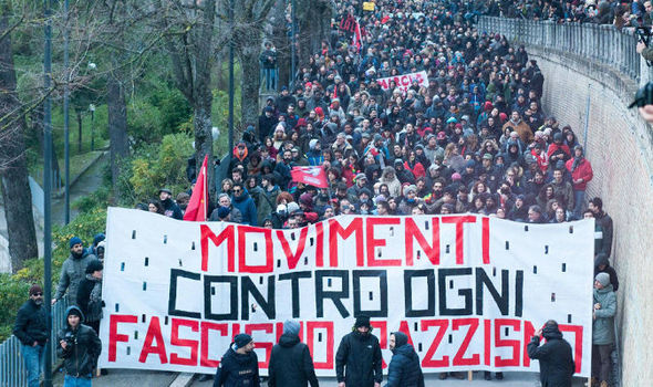 Макар политическата левица в Италия да е в ступор, сред обществото има сили за съпротива - както се вижда от масовите демонстрации срещу фашисткото насилие и расизма. Снимка: express.co.uk