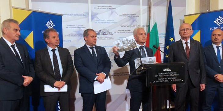 """Лидерът на """"Атака"""" Волен Сидеров показва, че е стигнал до най-големият обществен проблем в България - надписите на гърба на полицейските униформи."""