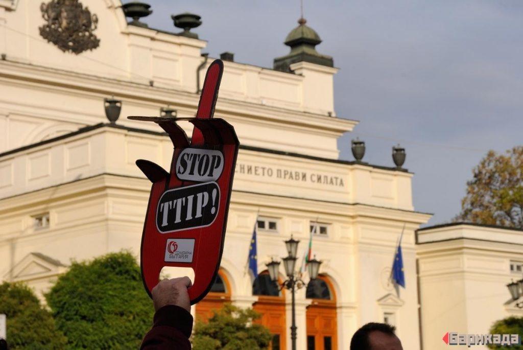 """Кадър от протеста срещу CETA в София през ноември 2016-та година. Снимка: Ивайло Атанасов, """"Барикада"""""""