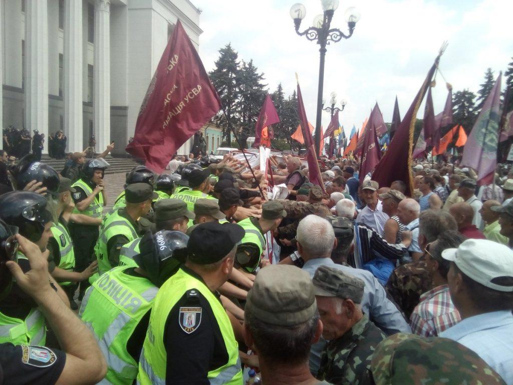 Момент от вчерашния протест на ветерани и миньори през Върховната рада в Киев. Снимка: Туитър