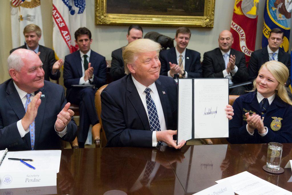 Подписването на укази е любим ритуал на Доналд Тръмп