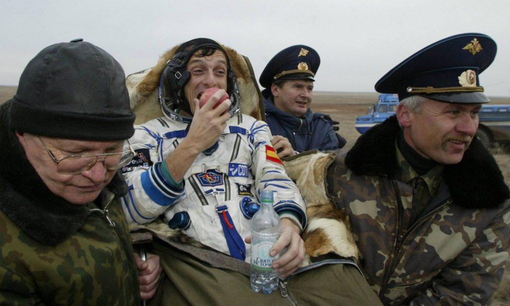 Специализиран екип изнася на ръце от спускаемата капсула испанския космонавт Педро Дуке след кацането му в степите на Казахстан на 28 октомври 2003 г., след втория му космически полет. Снимка: El Pais
