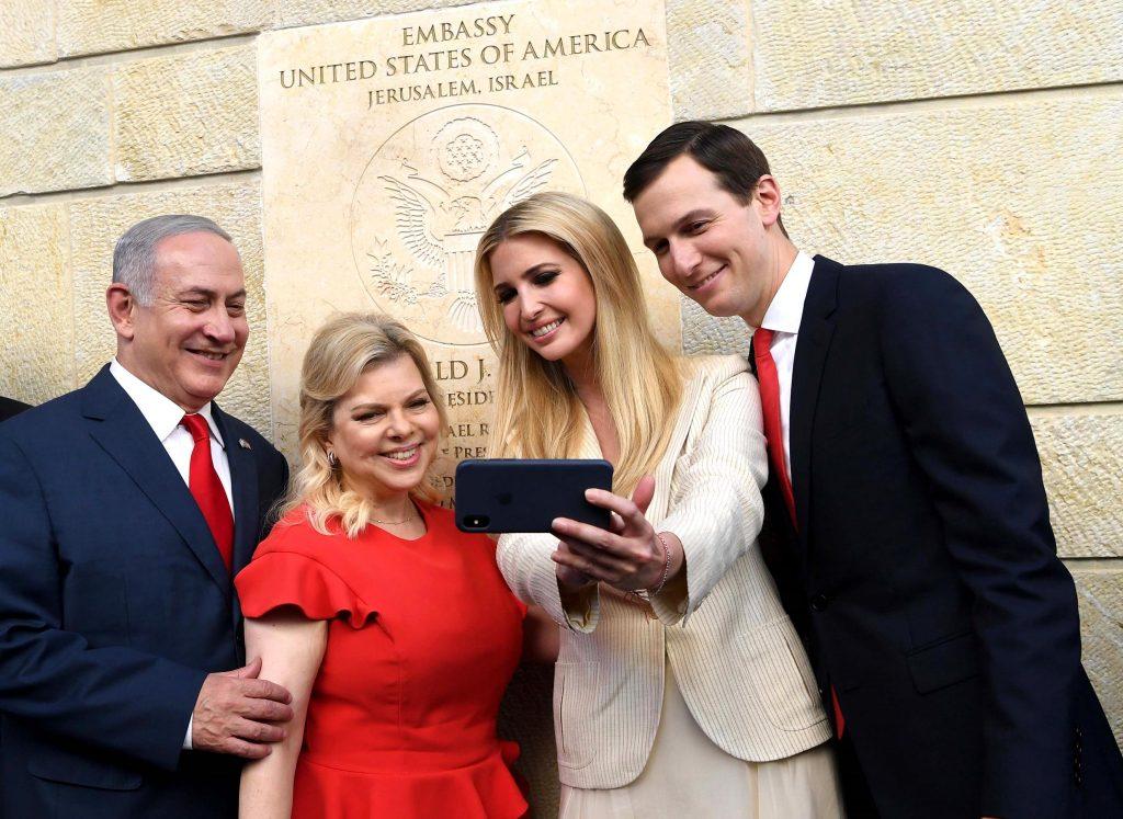 Дъщерята на Доналд Тръмп Иванка и мъжа й Джаред Кушнер откриха тържествено посолството на САЩ в Йерусалим, докато на границата на Газа израелски снайперисти разстрелваха протестиращи палестинци