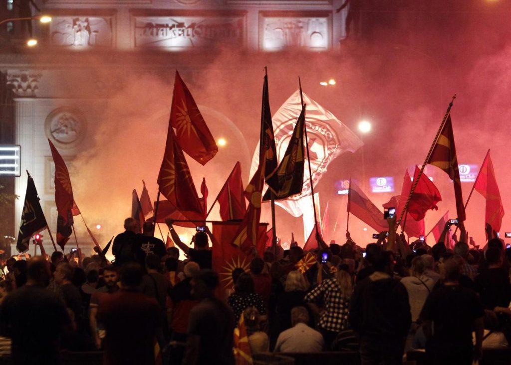 Момент от вчерашните протести в Скопие срещу договора за името Северна Македония. Снимка: МИА
