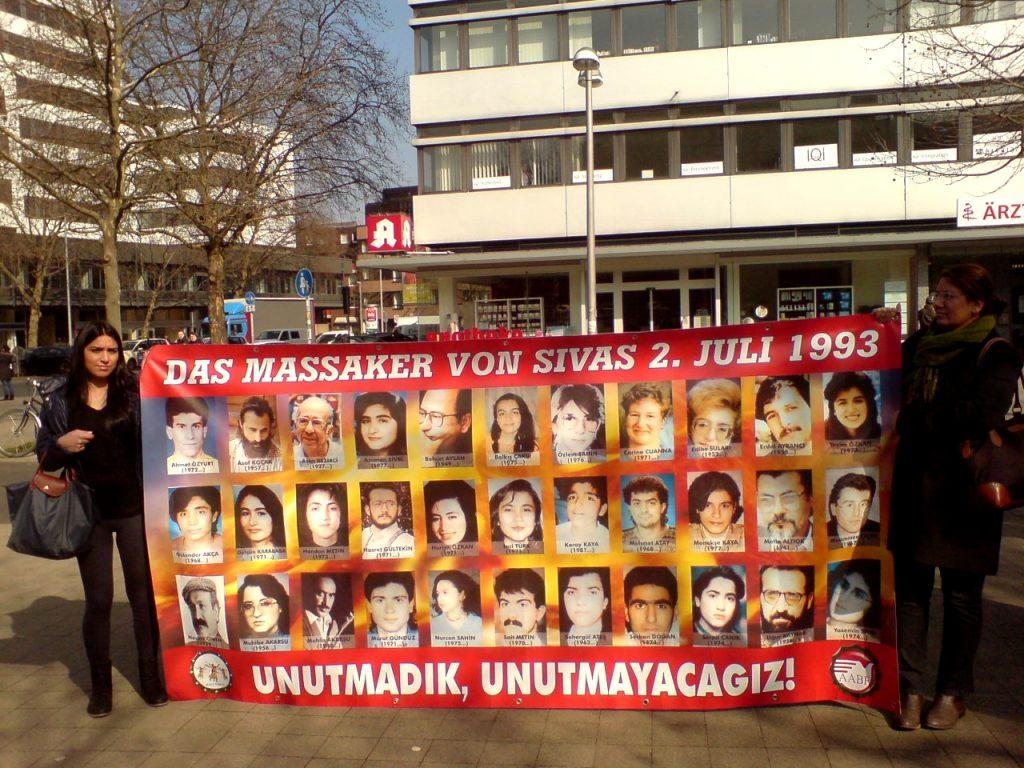 Плакат с лицата на загиналите при клането през 1993 г. Снимка: Wikimedia Commons
