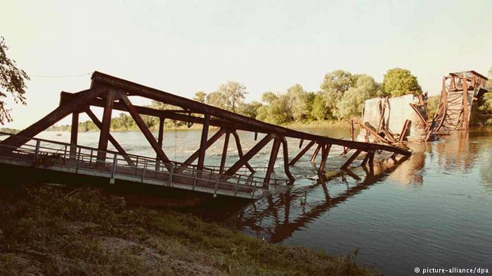 Разрушеният мост във Варварин. Снимка: www.dw.com