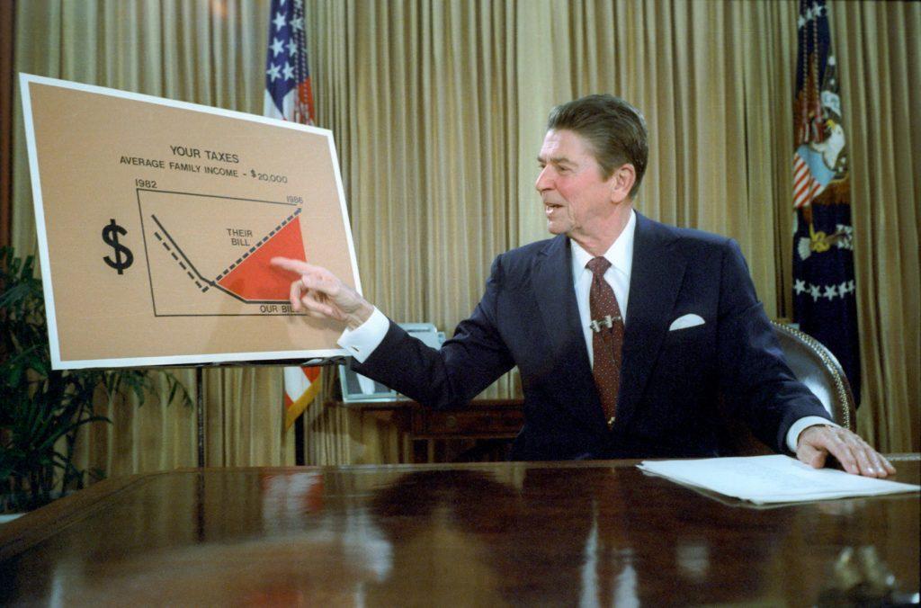 Роналд Рейгън изпозлва елементаризирани картинки, за да представи данъчната си политика на публиката, 1981 г. Източник: Wikimedia Commons