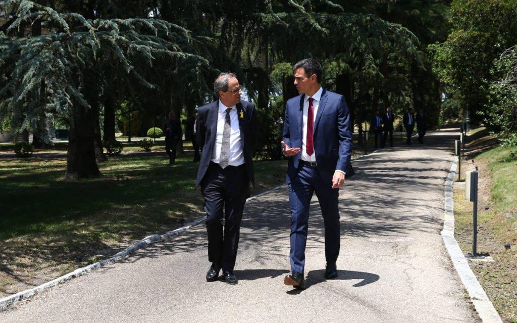 """Ким Тора и Педро Санчес беседват, разхождайки се из парка на правителствения дворец """"Монклоа"""" в Мадрид. Снимка: El Pais"""