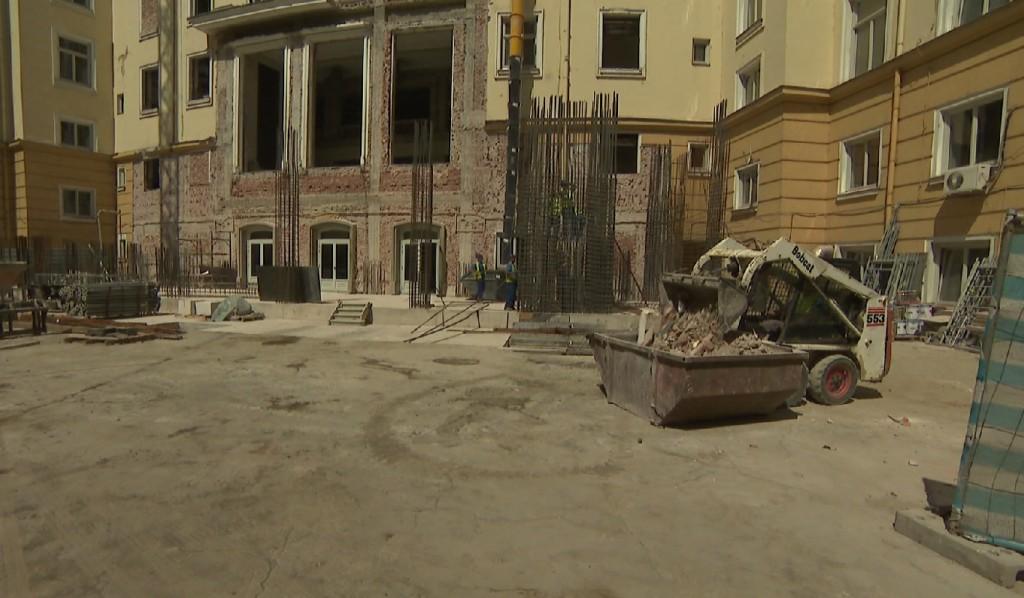 Кадър на bTV от ремонта на сградата на бившия Партиен дом, където предстои да се премести пленарната зала на Народното събрание.