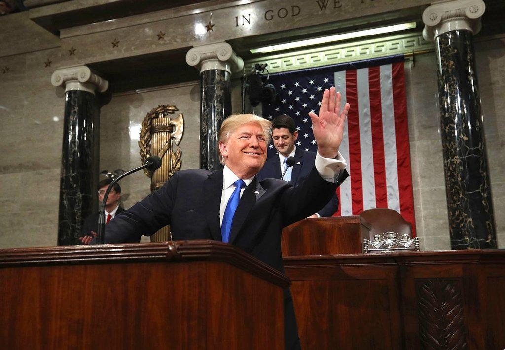 Тръмп и републикански лидери като Пол Райън (на заден план) се заричаха, че реформата ще се изплати сама и дори ще намали държавния дълг. Сега предпочитат да избягват темата. Снимка: Wikimedia Commons