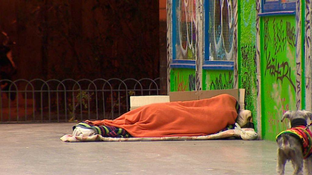 Бездомник спи на улица в Мадрид. Снимка: RTVE