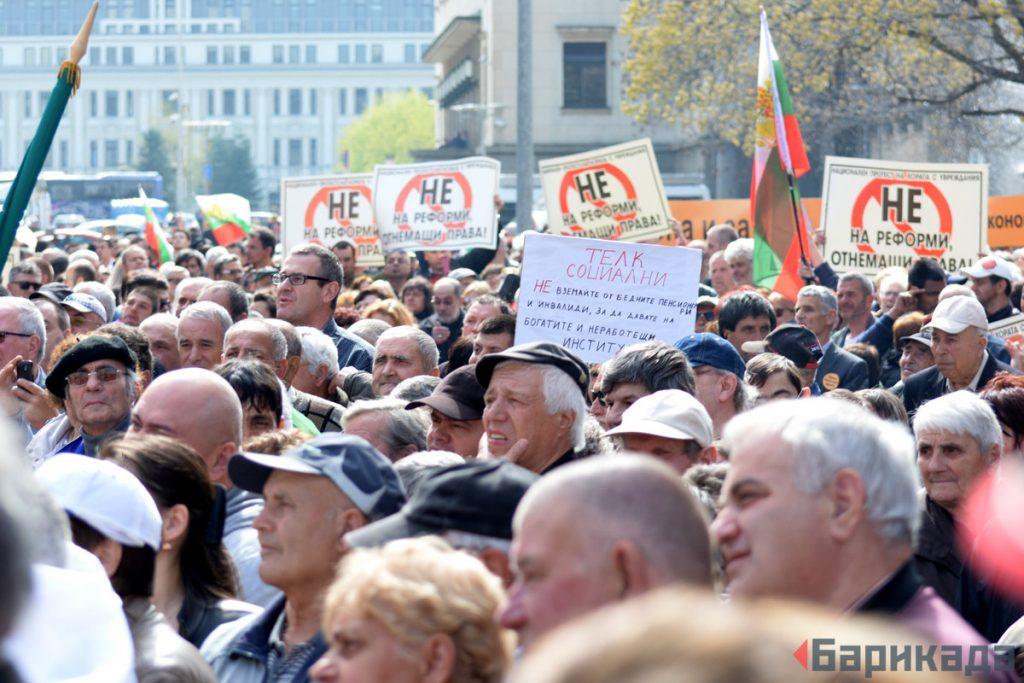 Хиляди хора с увреждания и граждани протестираха срещу готвените промени през април. Снимка: Барикада